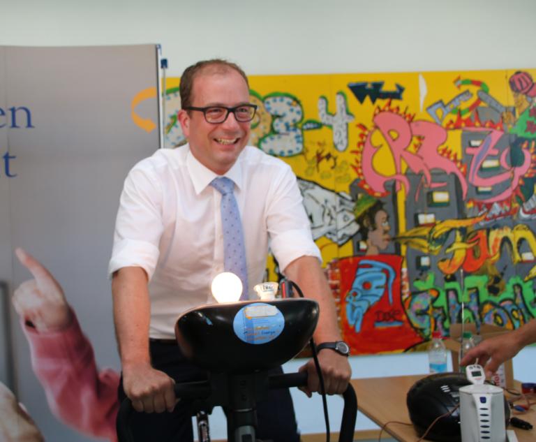 Grossansicht in neuem Fenster: Bürgermeister Michael Müller auf dem Stromsparrad
